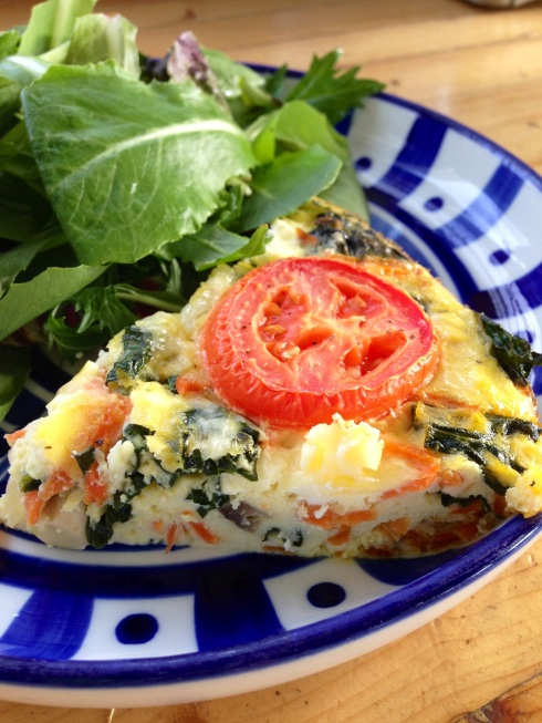 crustless veggie quiche ~gluten free, vegetarian, grain free~ Made with greek yogurt, kale, mushrooms, carrots and tomatoes!